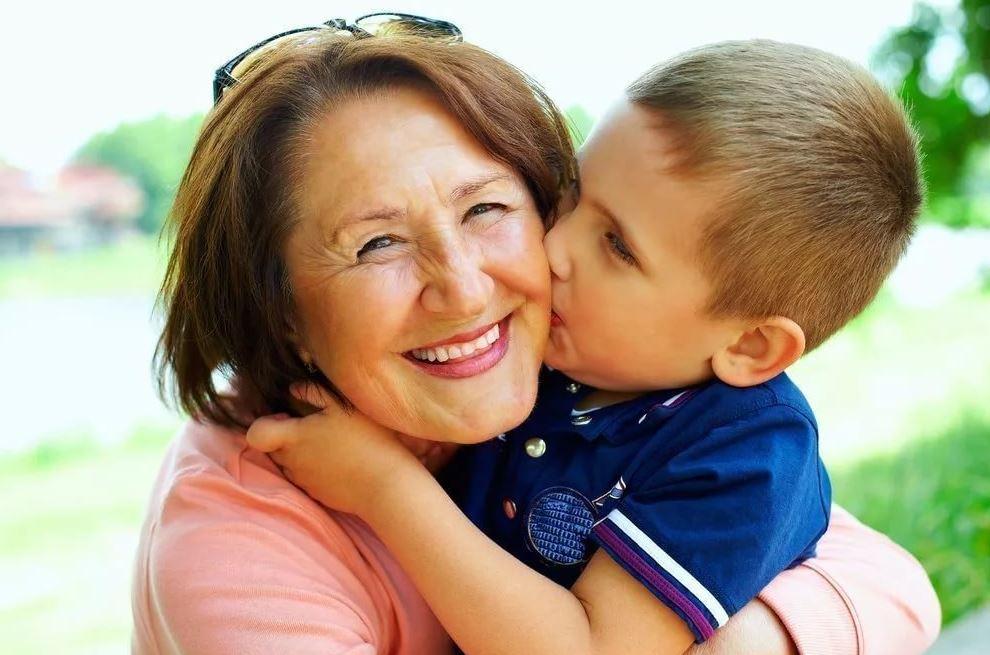 Бабушка внука обожает и балует, не зная, что он ей не родной. «А зачем говорить, только ее расстраивать»– пожимает плечами невестка
