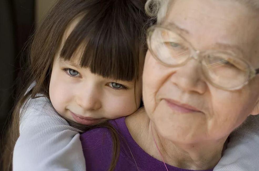 Бабушка сидеть с ребенком не может, а мать не хочет. Но отдавать девочку отцу обе не хотят ни за что