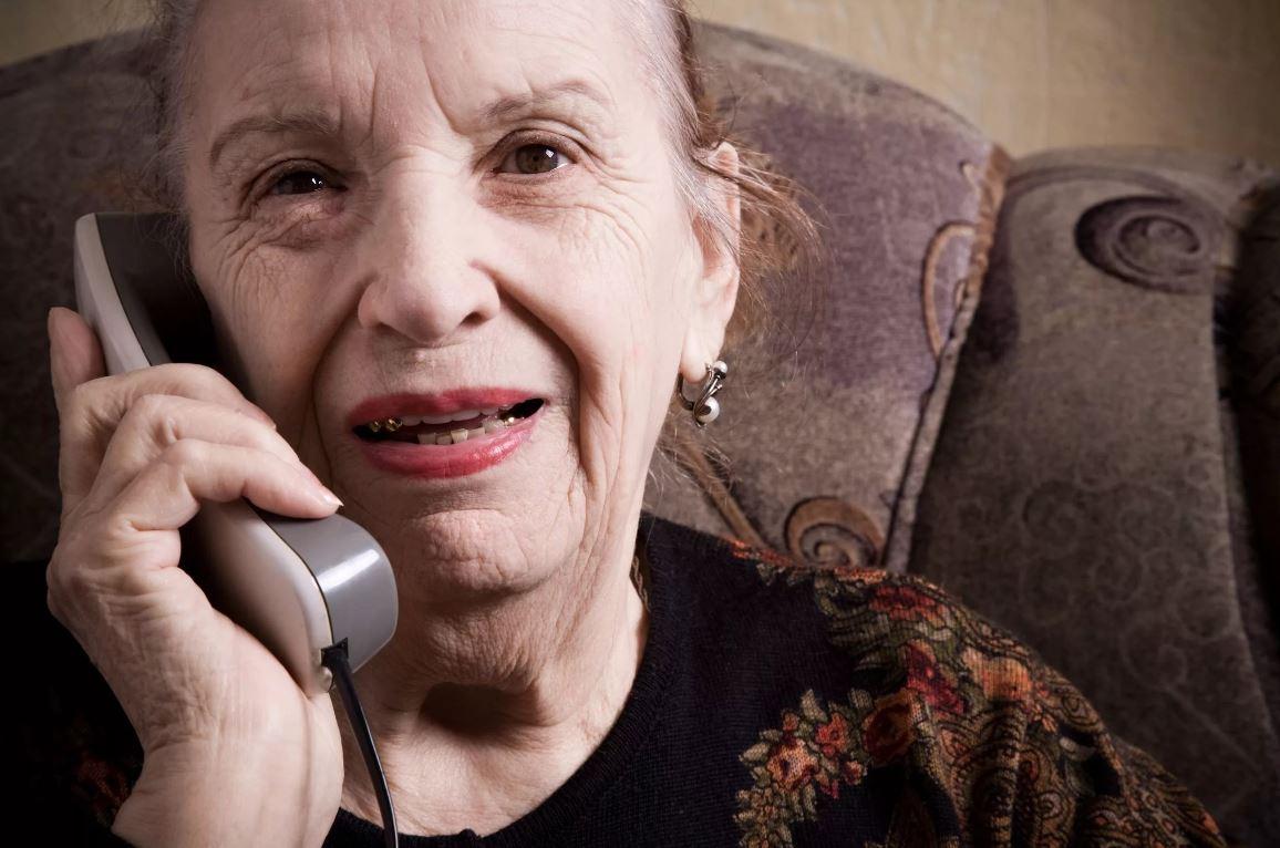 Бывшая свекровь стала звонить уже взрослой внучке после многолетнего молчания: «Сиделку себе готовит!»