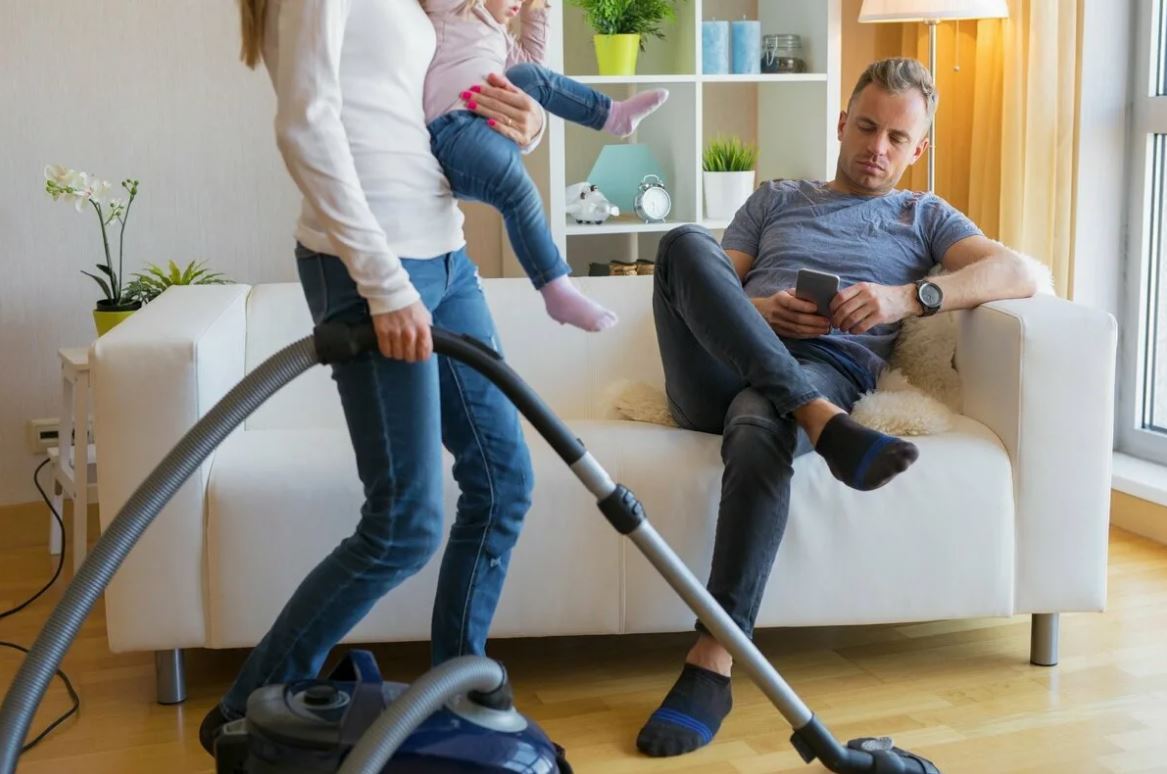 Дочь считает, что ее муж имеет право указывать ей на недостатки в ведении хозяйства – ведь он содержит семью