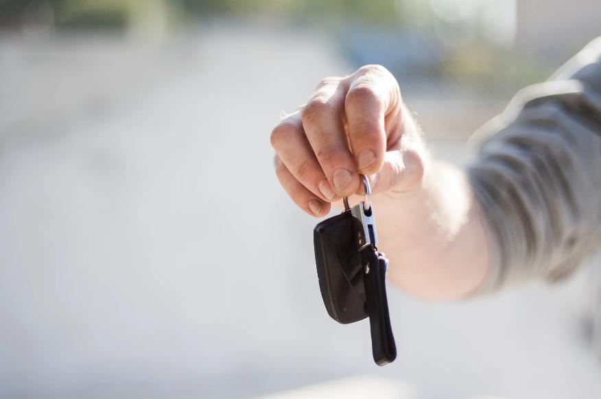 Друг семьи и бывший однокурсник в трудной ситуации предложил мужу пойти к нему водителем