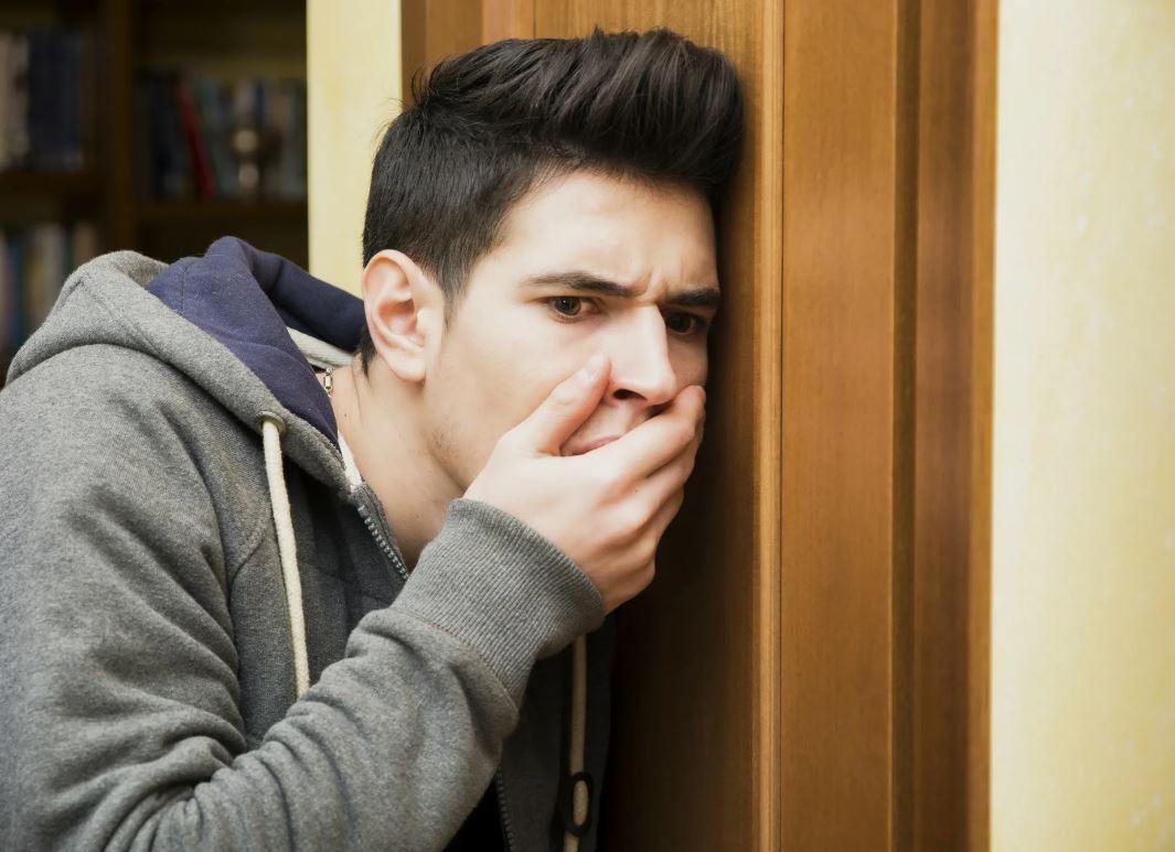Дверь кабинета врача оказалась приоткрыта, а в коридоре сидел муж, который все слышал…