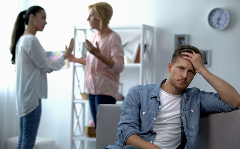 Муж в защиту жены ни слова не говорит своей матери. «Просто не обращай внимания!» — советует он  жене