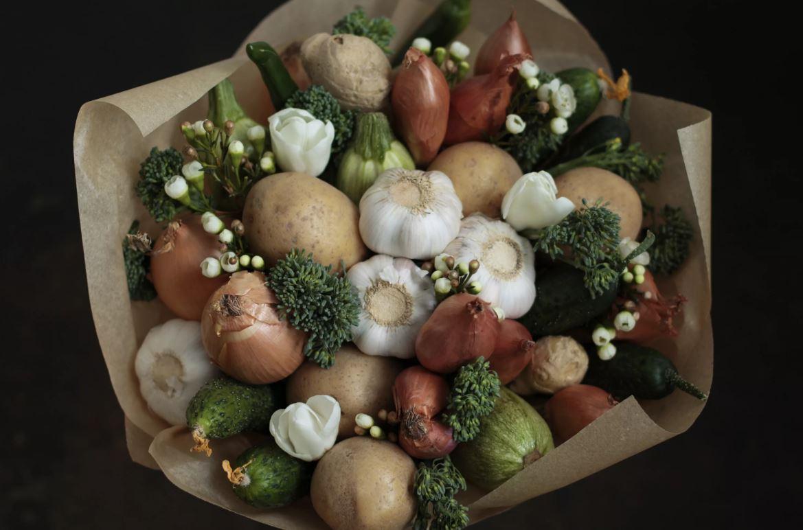 На день рождения свекрови невестка подарила букет из лука и морковки