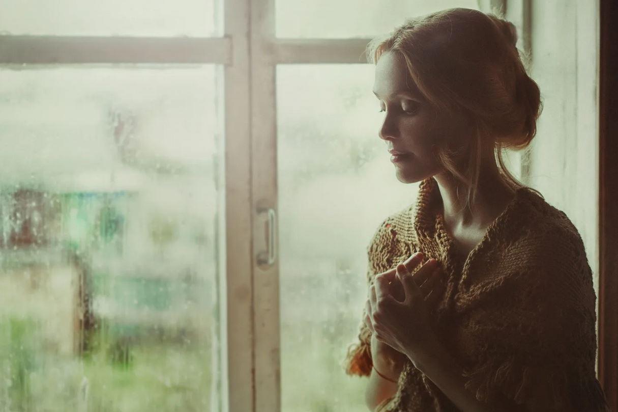 Накопила денег и подготовилась к разводу, но теперь у мужа черная полоса, и он умоляет остаться: «Я понял, что дороже семьи ничего нет»