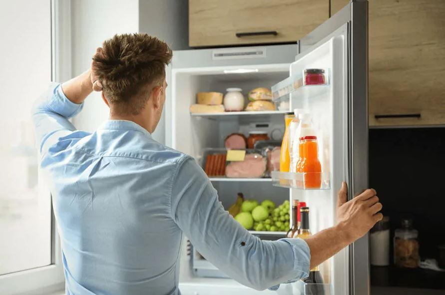 «Он жадный, или просто не задумывается о том, откуда продукты берутся в холодильнике?» - не понимает девушка