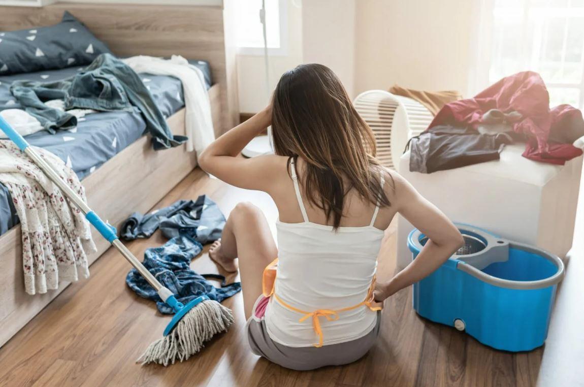 Пятнадцатилетняя дочь упрекает маму-домохозяйку за бардак в квартире