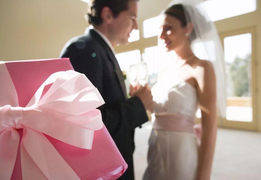 Подарила дочери на свадьбу упаковку контрацептивов на год: «Не вздумайте сейчас рожать, а через год я вам еще подарю!»