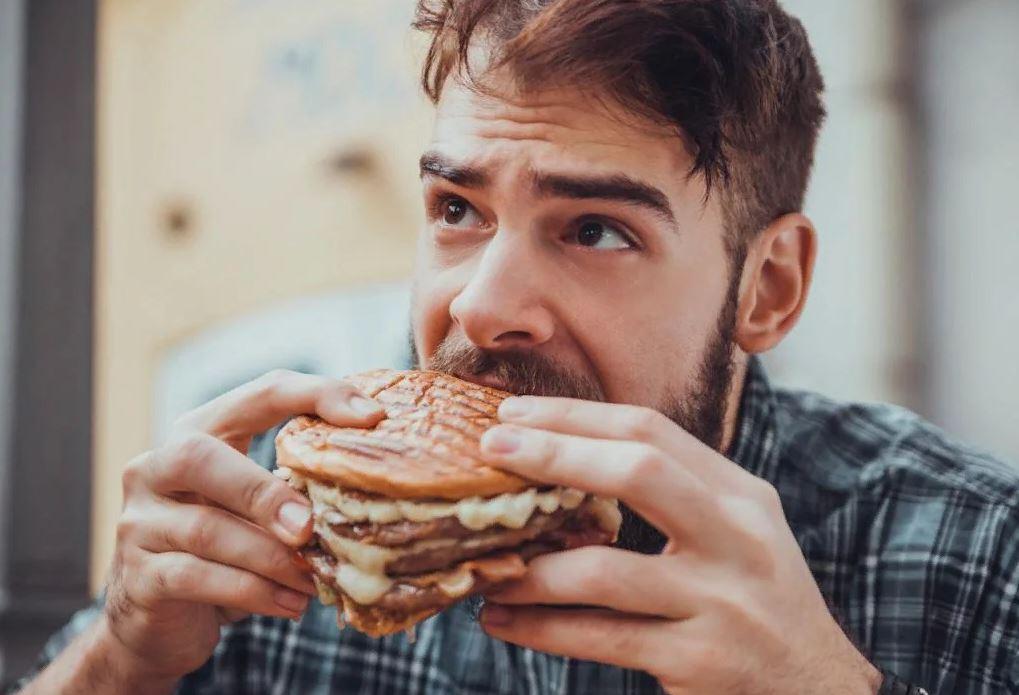 Ребенку врач прописал диету, а отец тащит в дом и ест запрещенную еду: «Я не на диете, что хочу, то и буду»