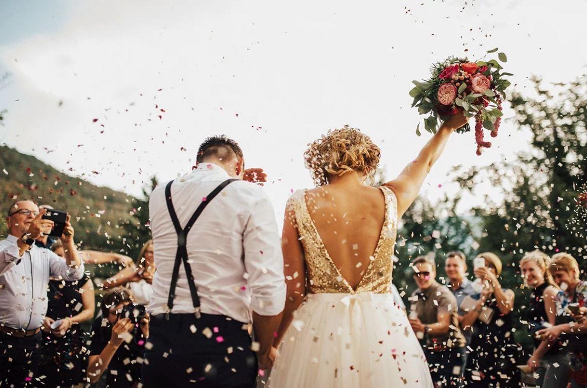 Регистрировать брак молодые не хотят, но родители переживают. «Да давай сделаем уже свадьбу по приколу – для мам, пап и бабушки!» – предложил парень