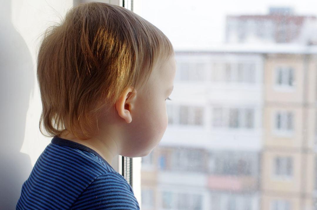 Требует от бывшего мужа оплатить замки на окна для безопасности ребенка, а тот отказывается: «Устанавливай сама, я плачу алименты»