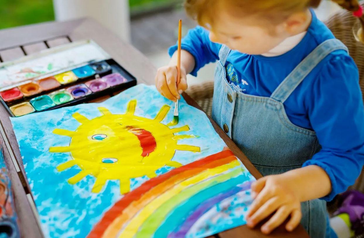 Взрослая дочь подарила на юбилей всего лишь рисунок своего пятилетнего ребенка: «Мама знает, что у нас с деньгами сейчас не очень»