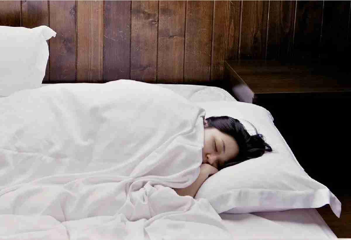 Муж требует, чтобы жена-домохозяйка вставала в пять утра и провожала его на работу