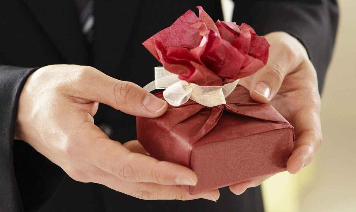 Взяла подарок у мужчины - значит, на всё согласна?